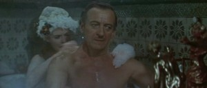 David Niven in einer schlüpfrigen Situation