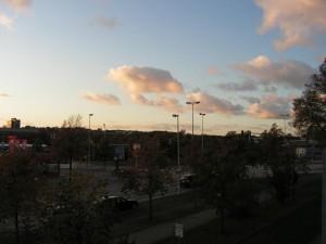 Blick vom Balkon vor ein paar Minuten. Die Sonne wollte das Bild zwar nicht so sehr aufhellen, aber die Geräuschquellen und das Grün sind doch ganz gut auszumachen
