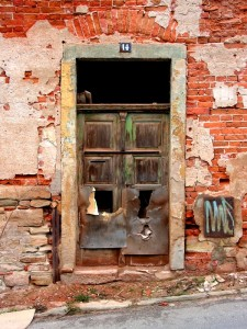 kaputte Tür zu einem verlassenen Haus in Zeitz
