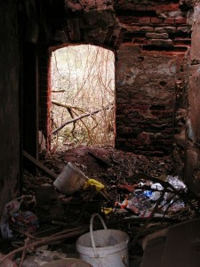Blick in ein verfallenes Haus in Zeitz