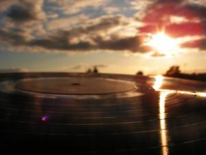 Schallplatte im Schein der untergehenden Sonne